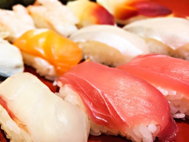 服飾デザイナーの友人がお取り寄せの寿司でお祝いした!