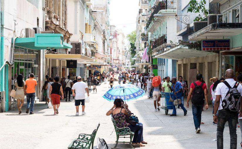 キューバツアーに行くときに流行のレディースファッションで身を包む